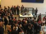 奥斯卡影后上演行为艺术 突袭博物馆躺一整天