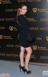 高清:李玟现身慈善基金舞会 黑色短裙迷人曲线