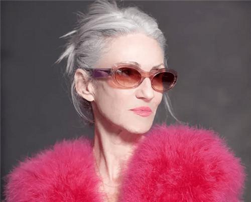 她年过70,竟然把衣服穿的那么好看~这个女人太美了!